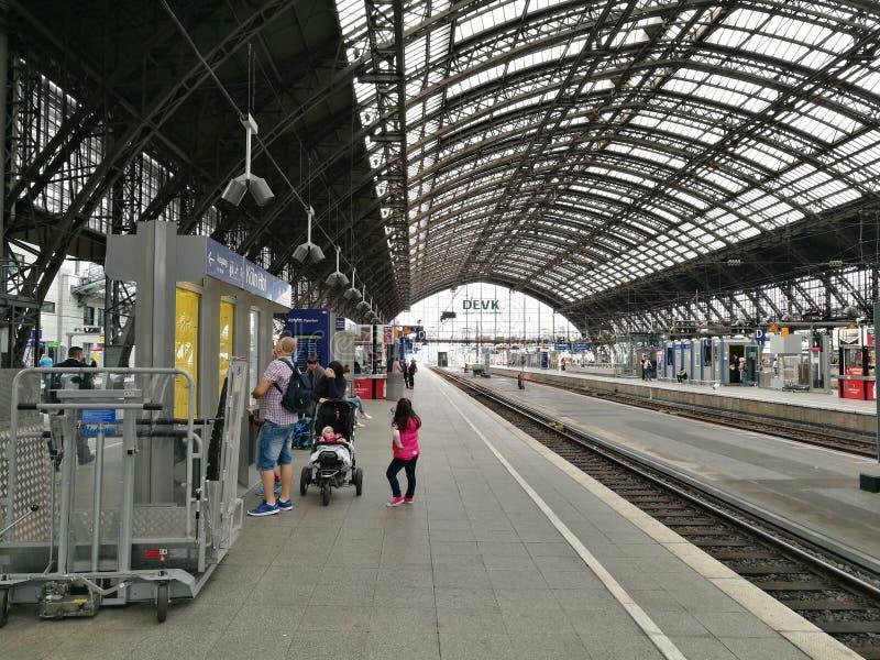 Plattform des Colognes-bahn-Bahnhofs lizenzfreie stockbilder