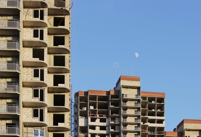 plattform för att ta den tunga påfyllningen med en kran i lägenheten för konstruktionsmång--våning byggnad royaltyfri fotografi