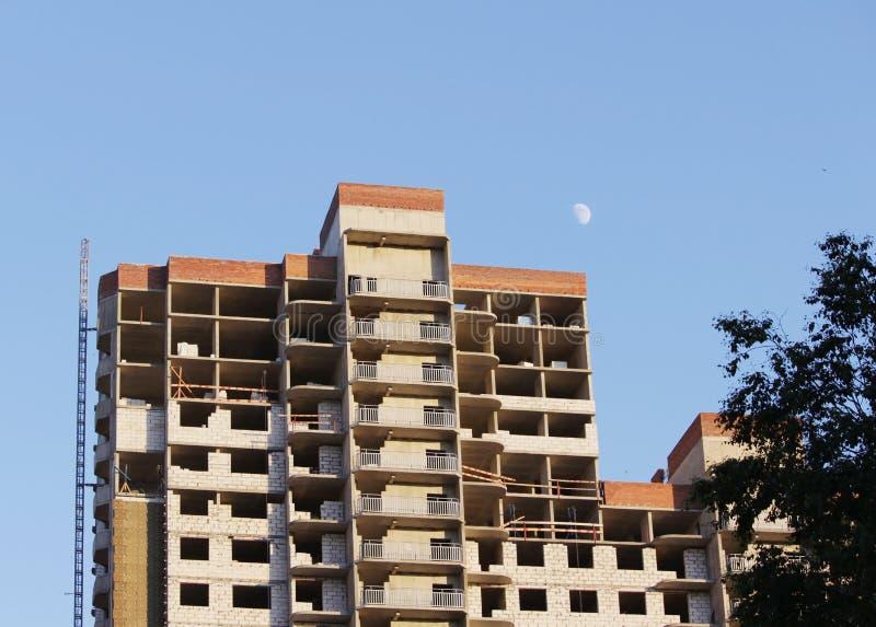 plattform för att ta den tunga påfyllningen med en kran i lägenheten för konstruktionsmång--våning byggnad arkivbilder
