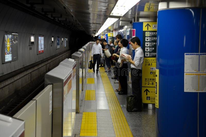 Plattform för gångtunneldrevstation med pendlare i Tokyo Japan arkivbilder