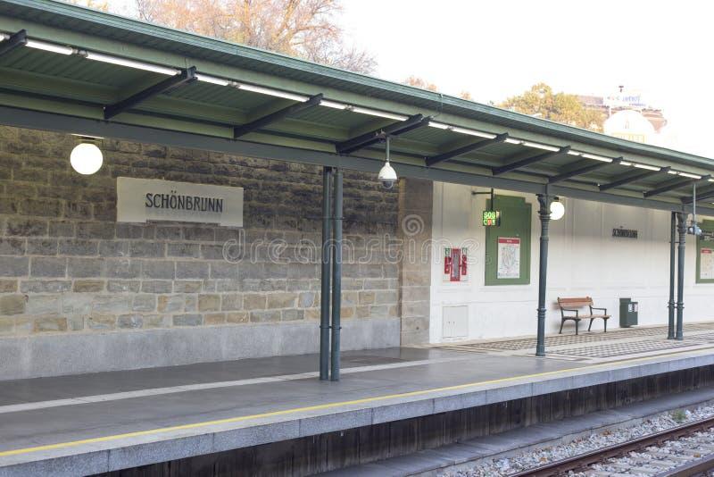 Plattform för gångtunnelstation av Schonbrunn - Wien - Österrike arkivfoton