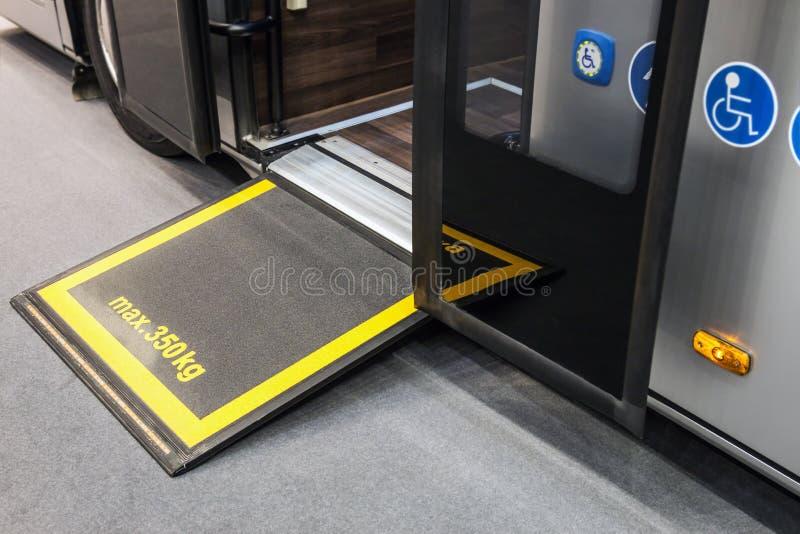 Plattform för rullstolar i kabinen av ett modernt och en comfortabl royaltyfri foto
