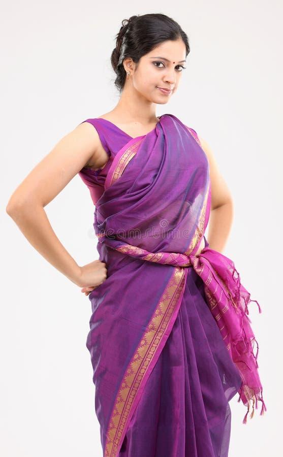 plattform kvinna för rosa sari arkivbilder
