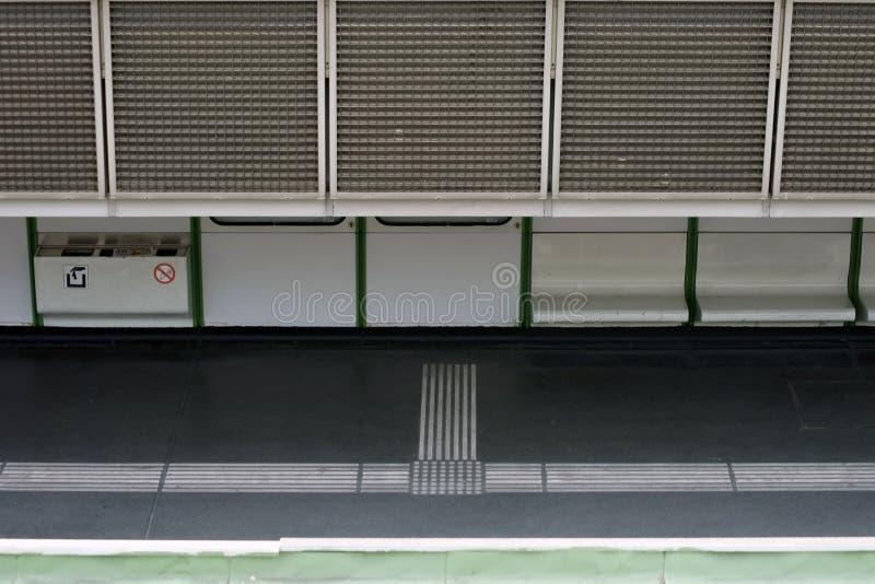 Plattform mit Sitzen stockbild