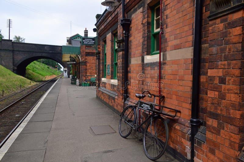 Plattform och gammalmodig cykel på den Rothley stationen royaltyfria bilder