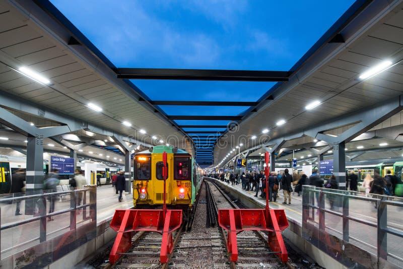 Plattform på den London brostationen royaltyfri foto