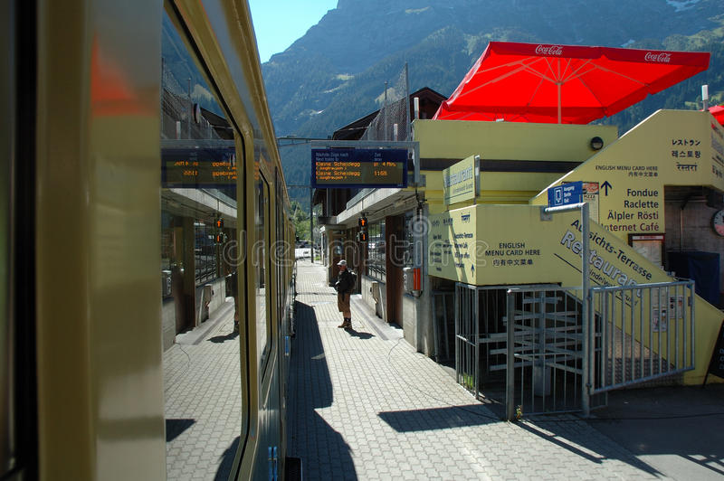 Plattform på järnvägsstation i Grindelwald i Schweiz royaltyfria bilder