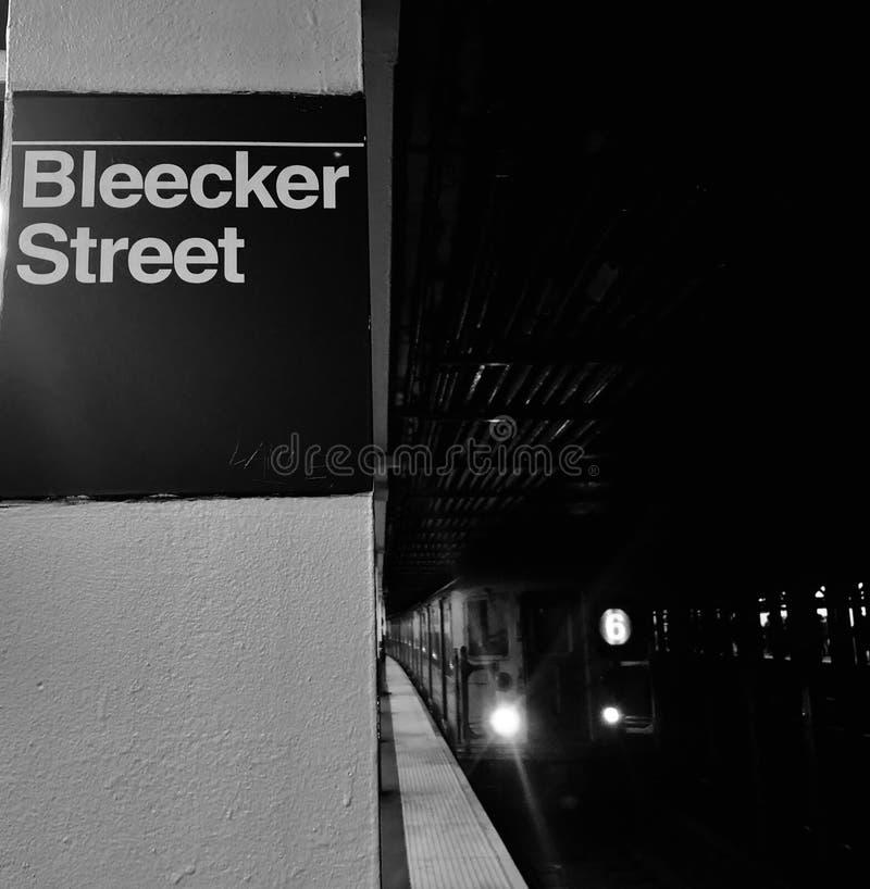 Plattform svartvita New York City för station för drev för MTA för gångtunnel för Bleecker gata NYC ankommande royaltyfri foto