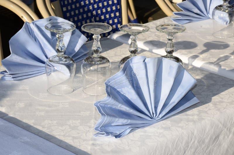 plattform tabellterrass för restaurang royaltyfria foton
