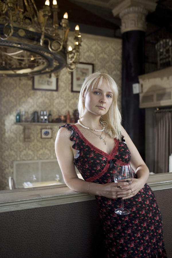 plattform winekvinna för blond glass restaurang royaltyfri bild