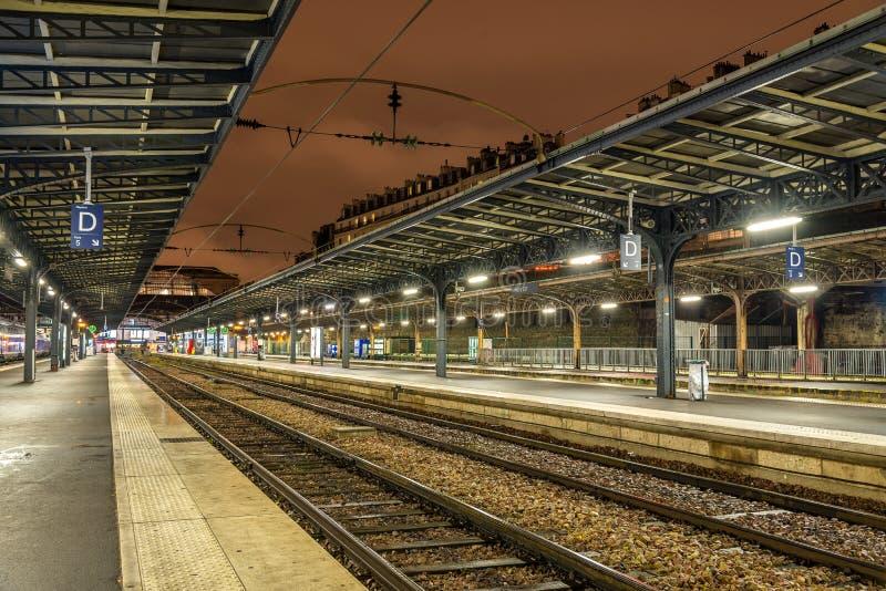 Plattformar av stationen Paris-Est på natten royaltyfria bilder