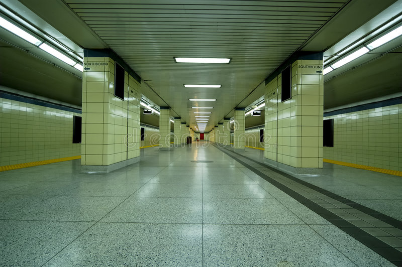 plattformsgångtunnel arkivbilder