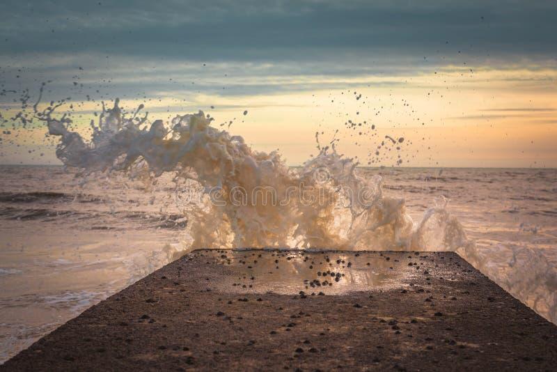 Plattformslag vid en våg på solnedgången royaltyfria foton