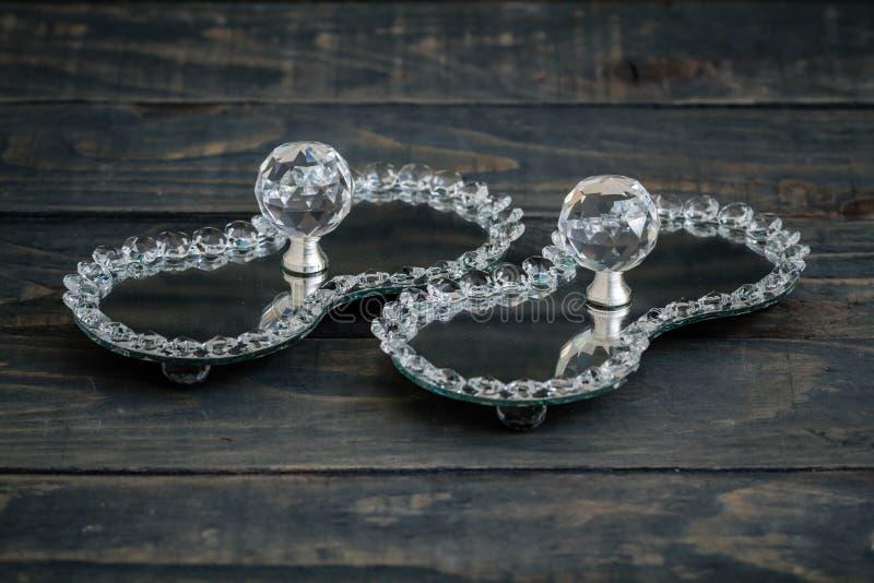 Plattor för turkisk fröjd och godismed spegeln och kristallen royaltyfri foto