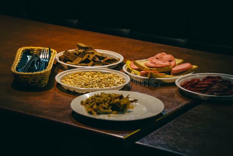 Plattor med mat på tabellen royaltyfri foto
