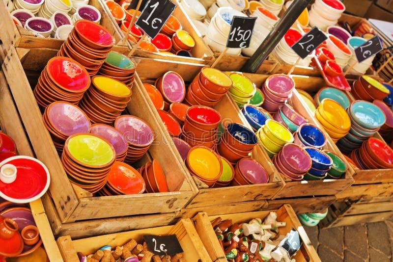 Plattor på räknaren i marknaden Keramik för hemmet, disk, royaltyfri fotografi