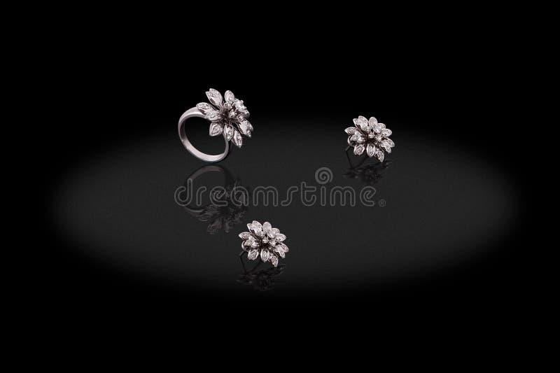 Platyna kolczyków pierścionku kwiatu cenna kobieta z diamentami na czarnym tle royalty ilustracja