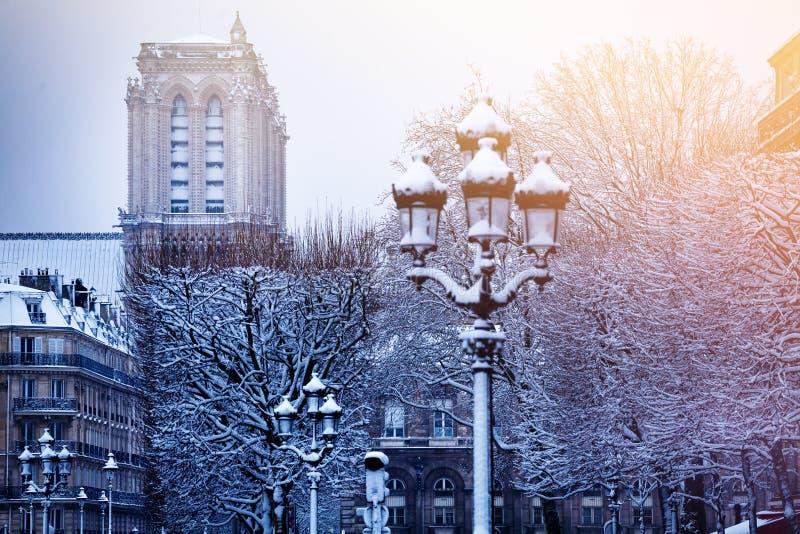 Platz de Hotel-De-Ville nach Schneefällen in Paris lizenzfreies stockbild