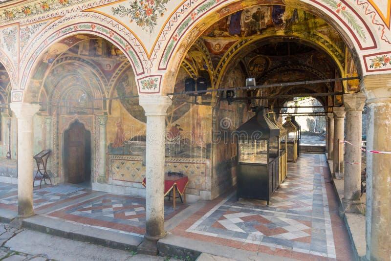 Platz für Installation von Kerzen im Troyan-Kloster, Bulgarien stockfoto