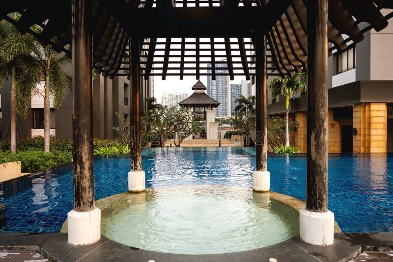 Platz für Meditation in Thailand nahe dem Pool bei Sonnenuntergang stockfotos
