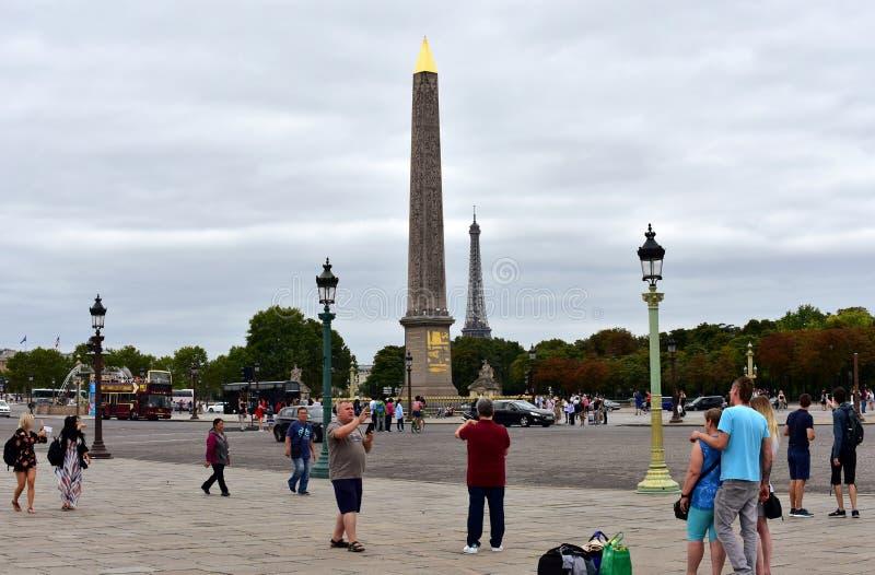 Platzde-La Concorde Concorde Square mit den Touristen, die Fotos machen Ansicht von Luxor-Obelisken und -Eiffelturm Paris, Frankr stockfotos