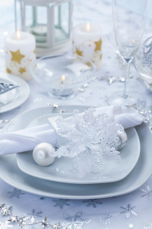 Platzeinstellung im Silber und Weiß für Weihnachten stockfoto