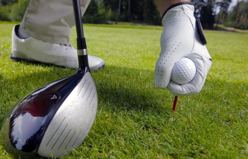 Platzieren des Golfballs auf ein T-Stück lizenzfreie stockfotografie