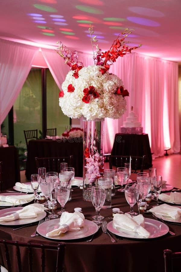 Platzieren Sie BouquetBride der Braut und pflegen Sie Tabelle mit Blumenstrauß der Braut am Hochzeitsempfang stockbilder
