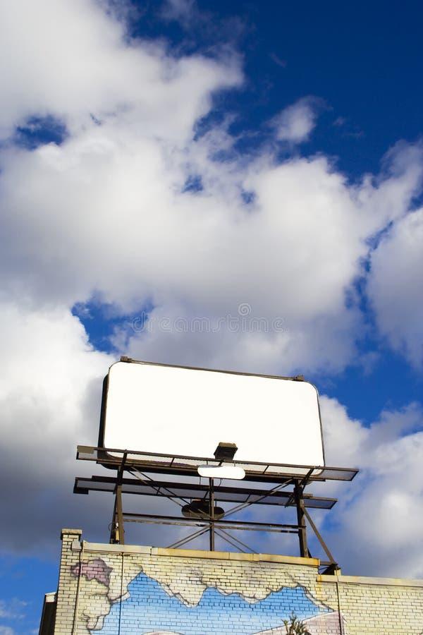Platzieren Sie Ihren leeren Anzeigenplatz des Textes hier - im Himmel 1 lizenzfreies stockbild