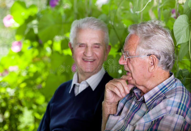 Plaudern der alten Männer lizenzfreies stockbild