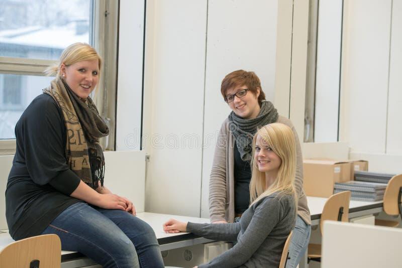 Plaudernde Studenten lizenzfreies stockfoto