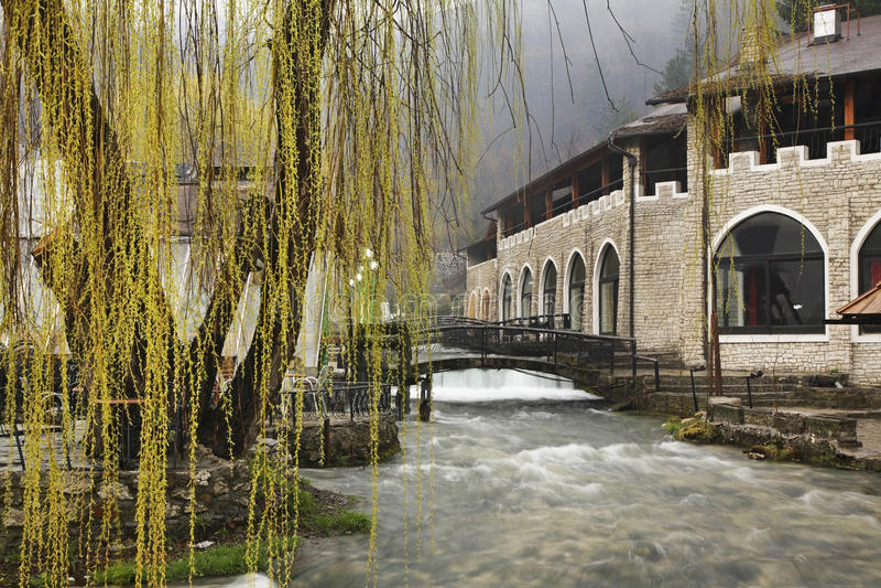 Plava voda在特拉夫尼克 达成协议波斯尼亚夹子色的greyed黑塞哥维那包括专业的区区映射路径替补被遮蔽的状态周围的领土对都市植被 免版税库存照片