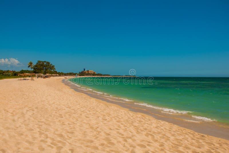 Playa肘美丽的海滩在特立尼达,古巴附近的 与黄沙和绿松石海的风景 库存照片
