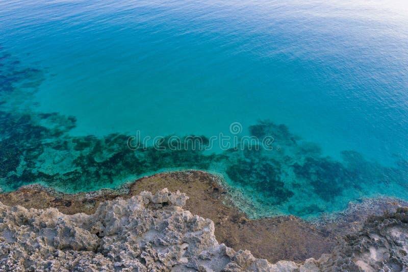 Playa aérea en la puesta del sol mar cristalino del agua de la turquesa costa costa de Italia imagen de archivo libre de regalías