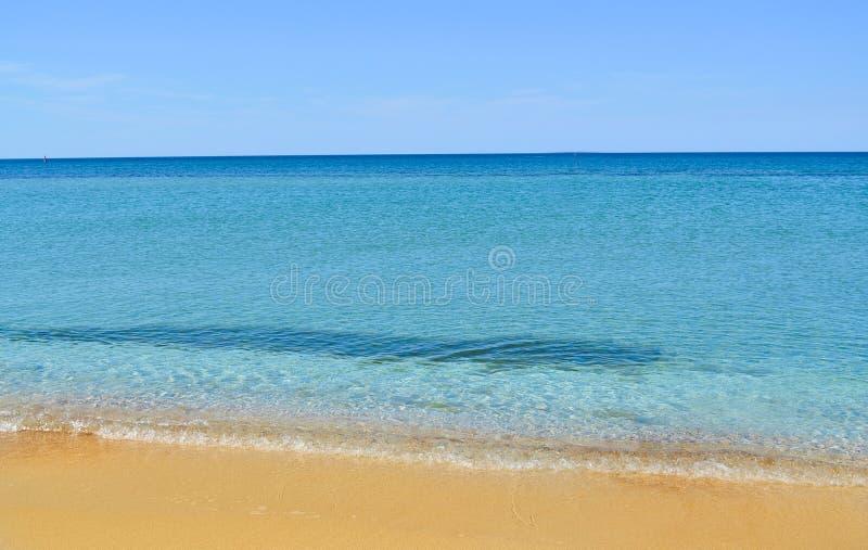 Playa abandonada hermosa en la Crimea Mar transparente, azul, arena amarilla El concepto de verano, ocio, viaje imagen de archivo libre de regalías
