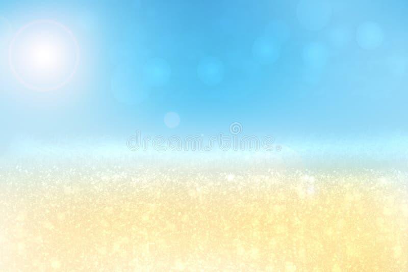 Playa abstracta Playa tropical brillante de la arena del extracto con el sol y cielo azul y ondas en el océano Contexto para el v imagen de archivo libre de regalías