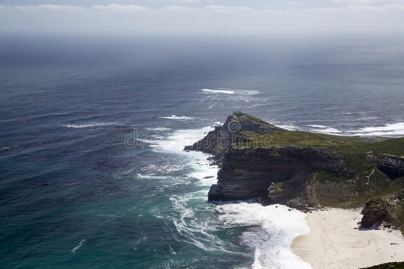 Playa, acantilado y el océano foto de archivo