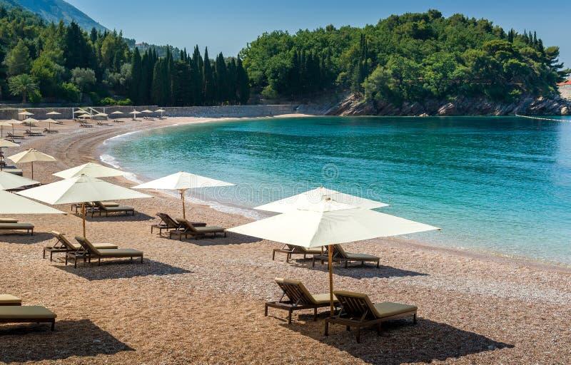 Playa adriática del arena de mar en la bahía bautiful imagen de archivo libre de regalías