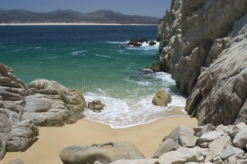 Playa aislada en el extremo de las pistas imagen de archivo libre de regalías