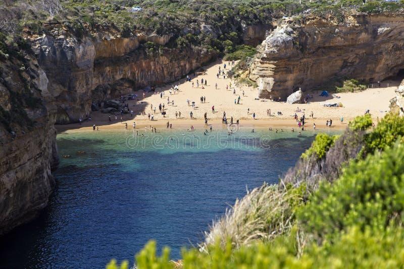 Playa aislada a lo largo del gran camino del océano foto de archivo