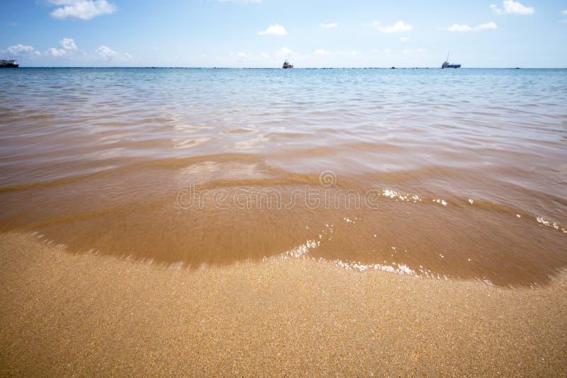 Playa amarilla con las ondas azules, océano de la arena de la naturaleza del fondo imagen de archivo libre de regalías