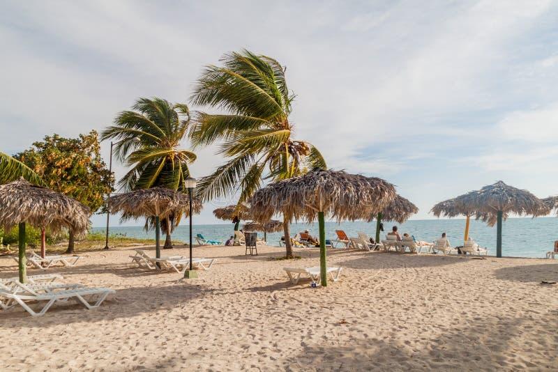 PLAYA ANCON, CUBA - 9 FEBRUARI, 2016: Toeristen die bij het strand van Playa Ancon dichtbij Trinidad, Cu zonnebaden stock afbeeldingen