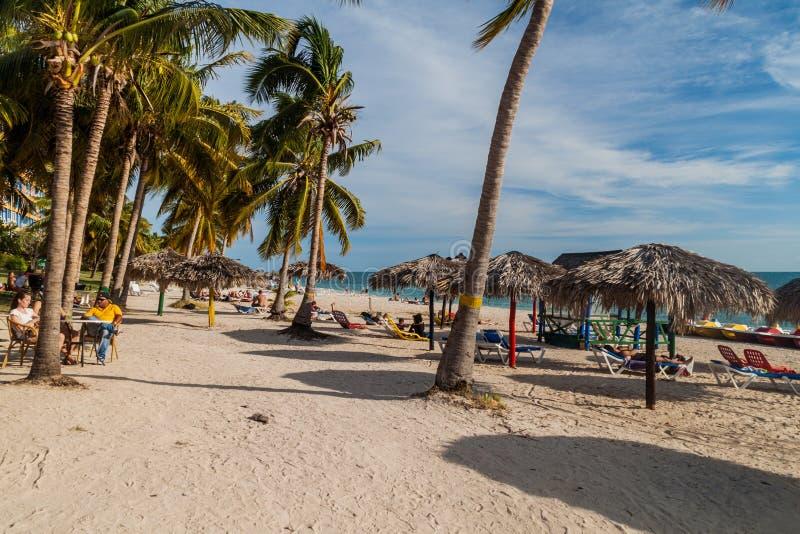 PLAYA-ANCON, KUBA - FEBRUARI 9, 2016: Turister solbadar på den strandPlaya anconen nära Trinidad, Cu fotografering för bildbyråer