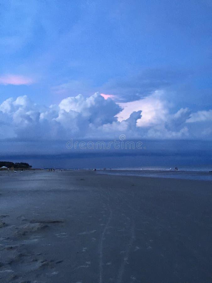 Playa antes de la puesta del sol imagenes de archivo
