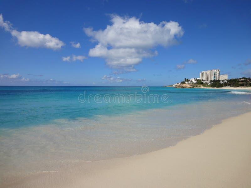 Playa arenosa blanca de la bahía del salmonete en St Maarten foto de archivo