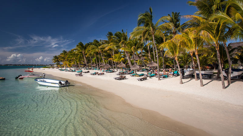 Playa arenosa blanca hermosa en Mauricio imágenes de archivo libres de regalías