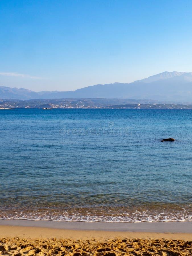 Playa arenosa hermosa vacía con el mar tranquilo fotos de archivo