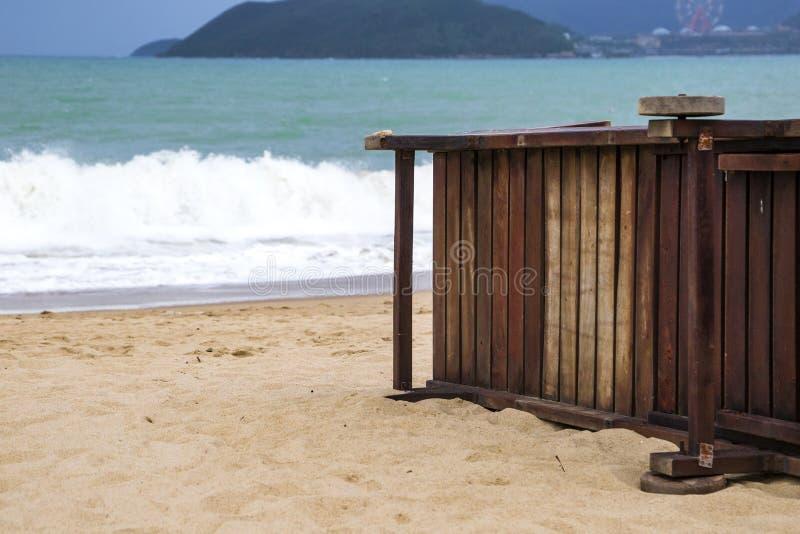 Playa arenosa sola con las sillas y los paraguas de playa cerca del mar fotografía de archivo