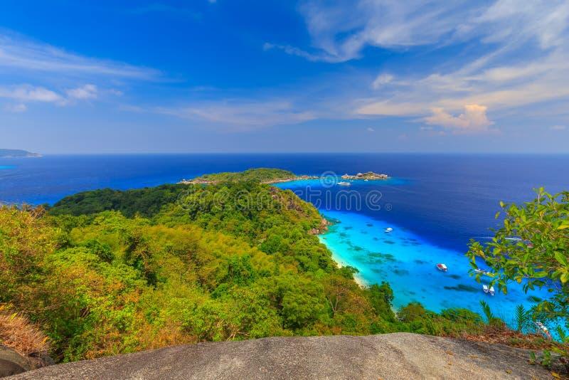 Playa arenosa tropical hermosa y follaje verde enorme en una isla tropical, islas de Similan tailandia fotos de archivo libres de regalías