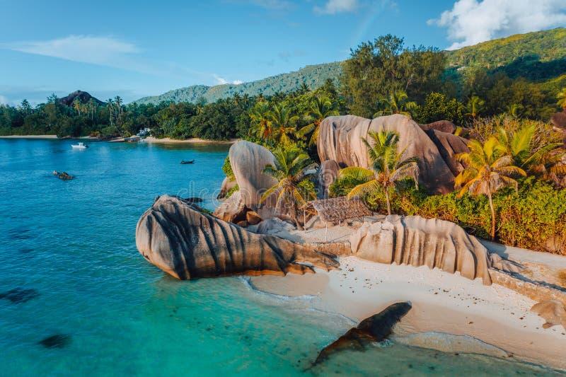 Playa Argent de la fuente D de Anse, Seychelles Foto aérea del abejón del paisaje tropical único de la isla en la luz caliente de foto de archivo libre de regalías